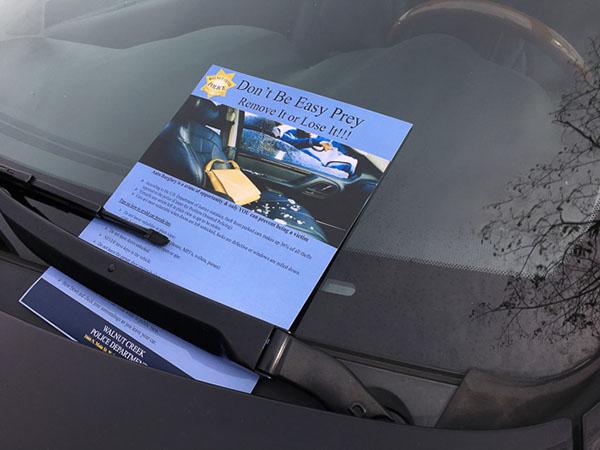 پخش تراکت بر روی شیشه خودرو